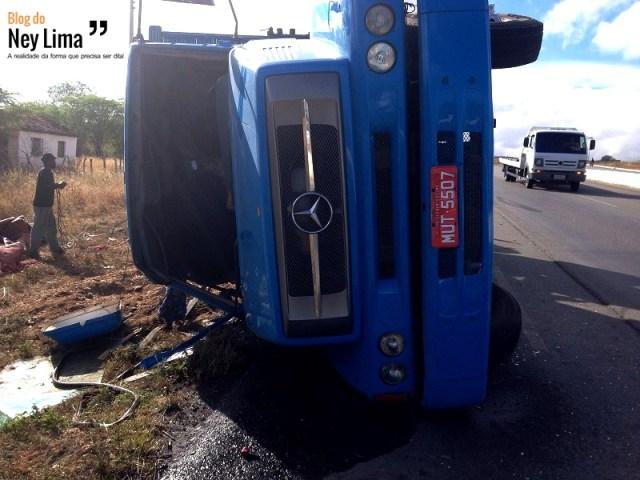 Motorista teve ferimentos leves - Foto: Benildo