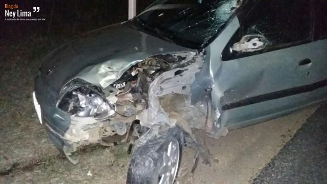 Veículos completamente avariados mostram a violência do acidente