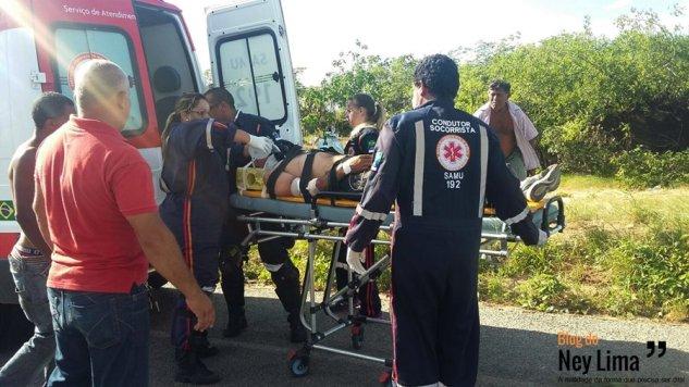 Momento em que o motociclista era retirado do local do acidente
