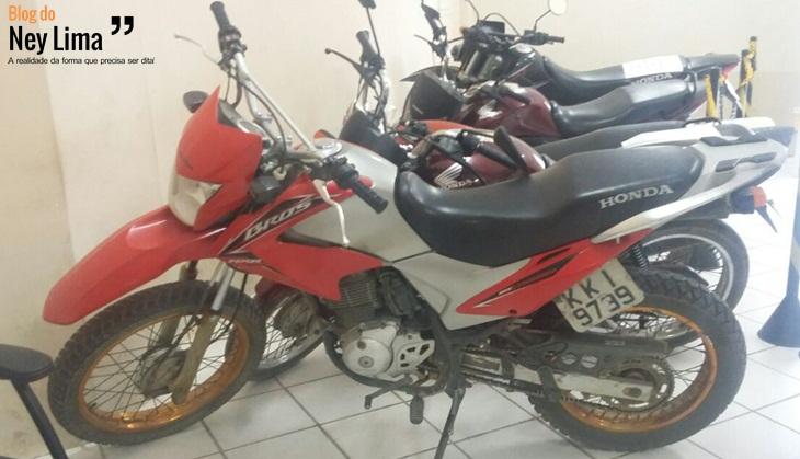 Uma moto com restrição de roubo foi localizada dentro da residência da vítima.
