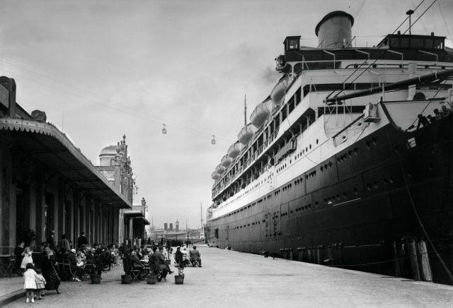 Transatlántico atracado en el puerto de Barcelona en 1920.