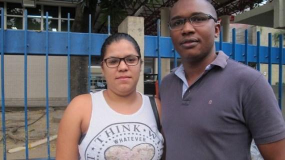 Casal Isaac Vicente, de 29 anos, e Mônica Amorim, de 24, farão estudo das ofertas caso planos populares sejam liberados Foto: Ana Clara Veloso