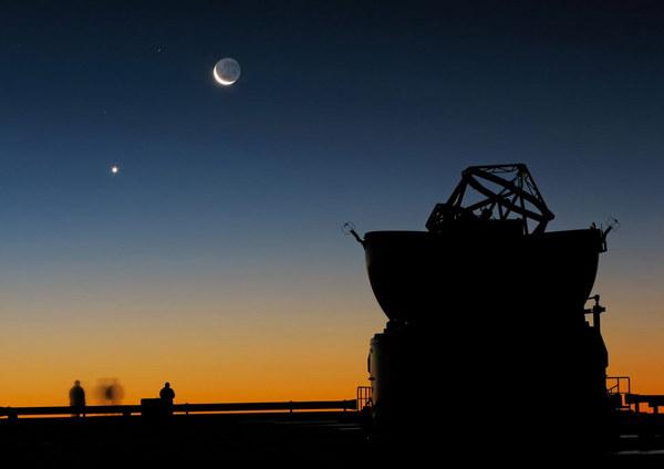 Sunset_view_at_Paranal_with_Moon,_Venus_and_an_AT.jpg