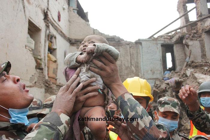 bebe-4-meses-rescatado-terremoto-nepal (6)