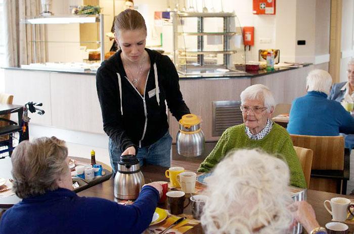 estudiantes-hogar-de-ancianos-deventer-humanitas (3)