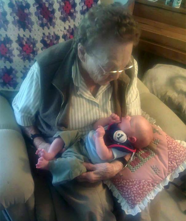 recien-nacida-nina-conoce-su-bisabuela-de-101-anos-rosa-camfield (5)
