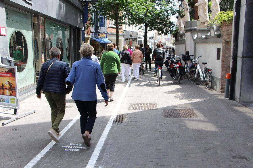carriles-viandantes-usando-movil-belgica (4)
