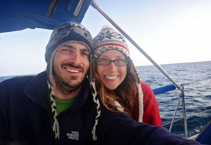 pareja-viajes-mundo-barco-gato-matt-jessica-johnson (12)
