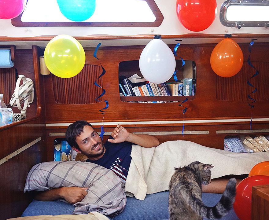 pareja-viajes-mundo-barco-gato-matt-jessica-johnson (5)