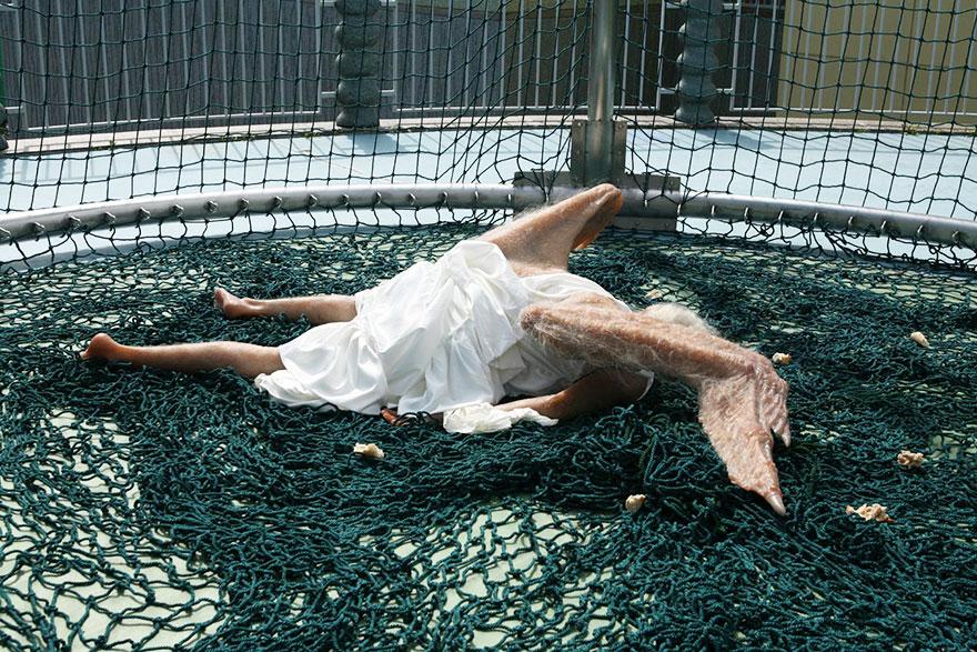 escultura-hiperrealista-angel-caido (4)