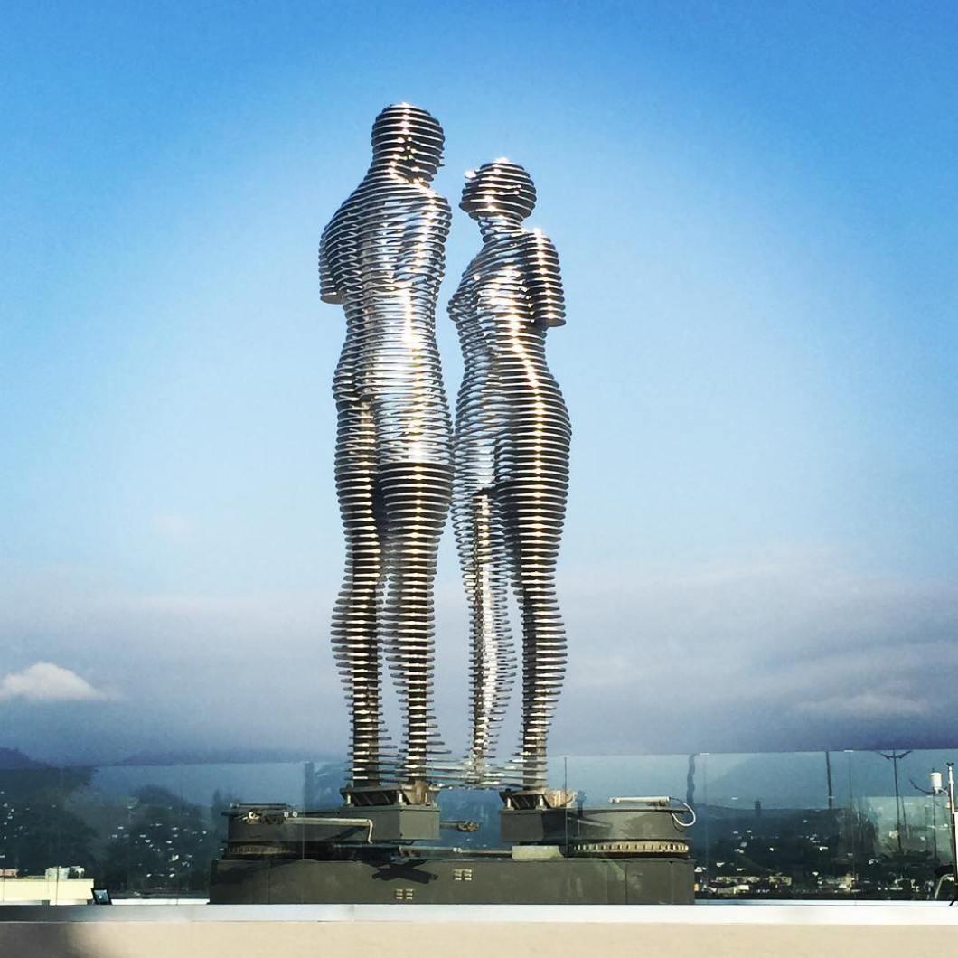 estatuas-moviles-metal-historia-amor-ali-nino-georgia (3)