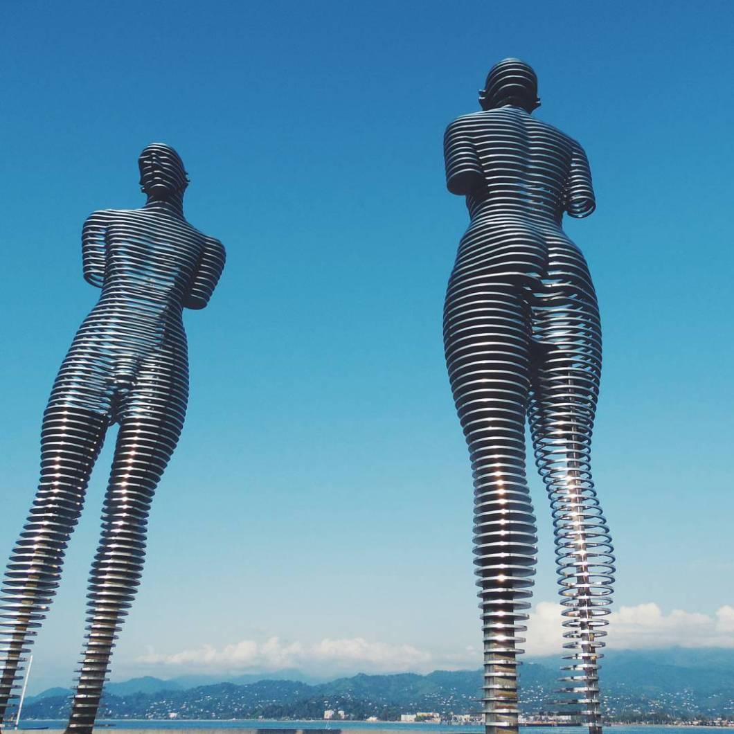 estatuas-moviles-metal-historia-amor-ali-nino-georgia (5)