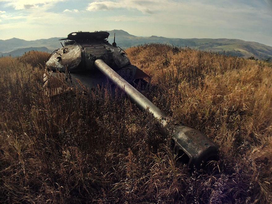 tanques-devorados-naturaleza (10)