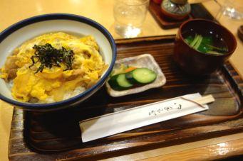 Tokyo_menu_Oyakodon_miso_soup_salad_