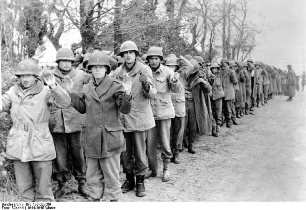 ADN-ZB/Archiv, II.Weltkrieg 1939-45 Die Ardennenoffensive der faschistischen deutschen Wehrmacht beginnt am 16. Dezember 1944 gegen die alliierten Truppen in Westeuropa. Nach anfänglichen Erfolgen müssen sich die deutschen Truppen bis Ende Januar 1945 auf ihre Ausgangsstellungen zurückziehen. Eine Kolonne gefangengenommener amerikanischer Soldaten. (Büschel) 125-45