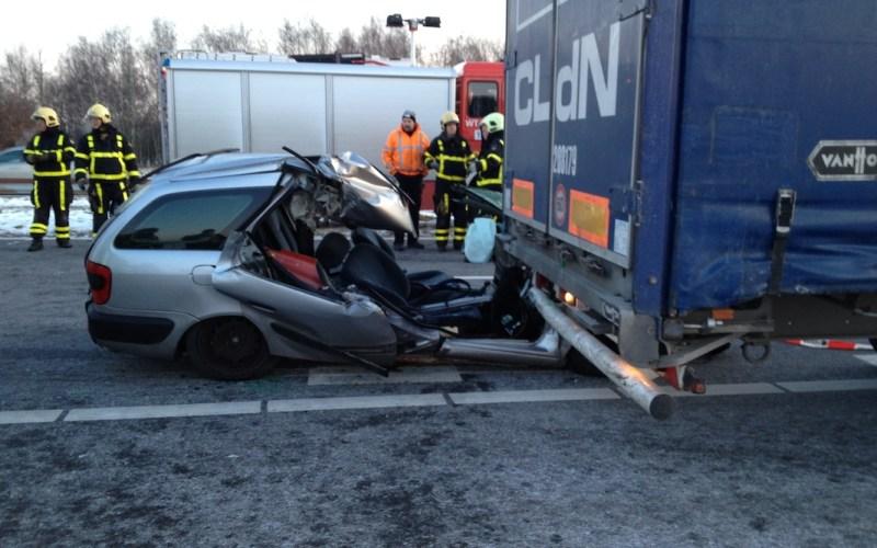 Zwaar ongeval A2 Auto onder Vrachtauto