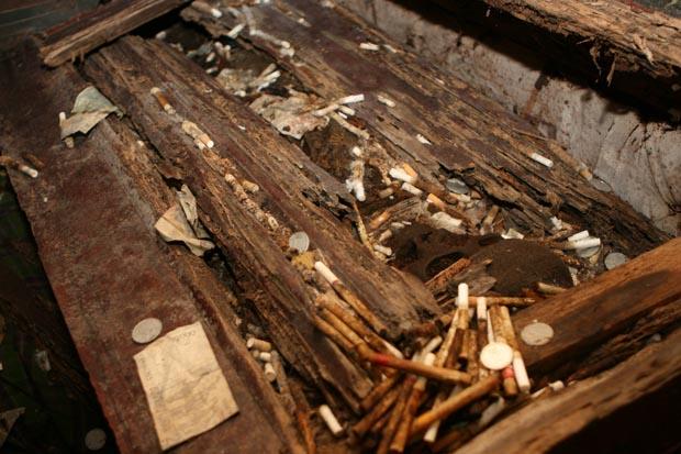 Familienangehörige versorgen die Toten auch im Jenseits mit Geld und Zigaretten.