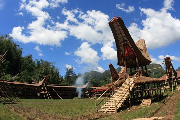 Dieses Dorf wird gerade für eine Totenfeier gebaut. Nach der Zeremonie wird es wieder abgerissen.
