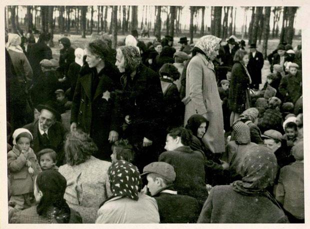 """Juden, die als """"arbeitsunfähig"""" eingestuft wurden, warten im Wald vor Kreamatorium IV auf den Tod"""