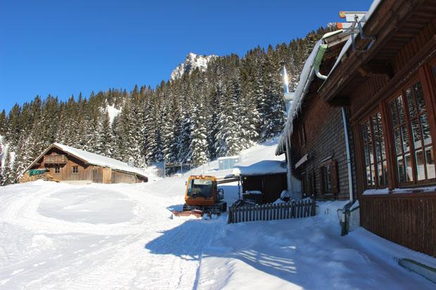 Hinter der Hütte ist bereits der Gipfel der Naunspitze zu sehen.