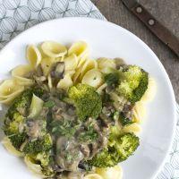 Pasta met champignonsaus en broccoli
