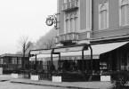 Lo storico Caffè Monti di Como all'angolo di Piazza Cavour in una foto volutamente in bianconero che lo riconsegna alle immagini di un tempo