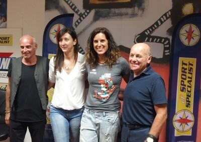 Tamara Lunger con lo staff di DF Sport Specialist