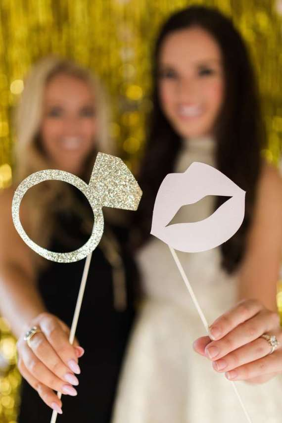 Golden-Glamour-Bridal-Party-Photo-Accessories