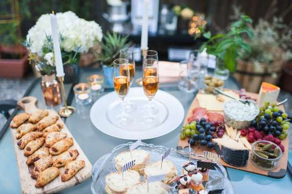 Outdoor-Great-Gatsby-Party-Champagne