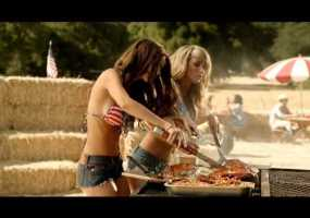 Video thumbnail for youtube video Sara Jean Underwood and Emily Ratajkowski Memphis BBQ Burger - Guyism