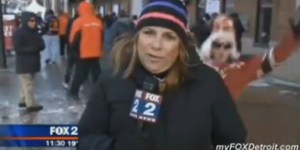 Hockey fans tries photobombing reporter, sucks at the photobombing part