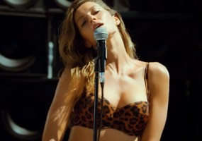 Gisele-Bundchen-singing-blondie