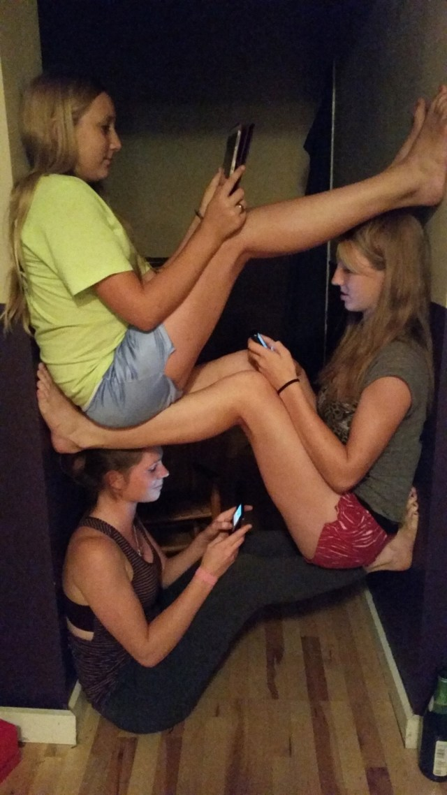 girls-texting-in-hallway