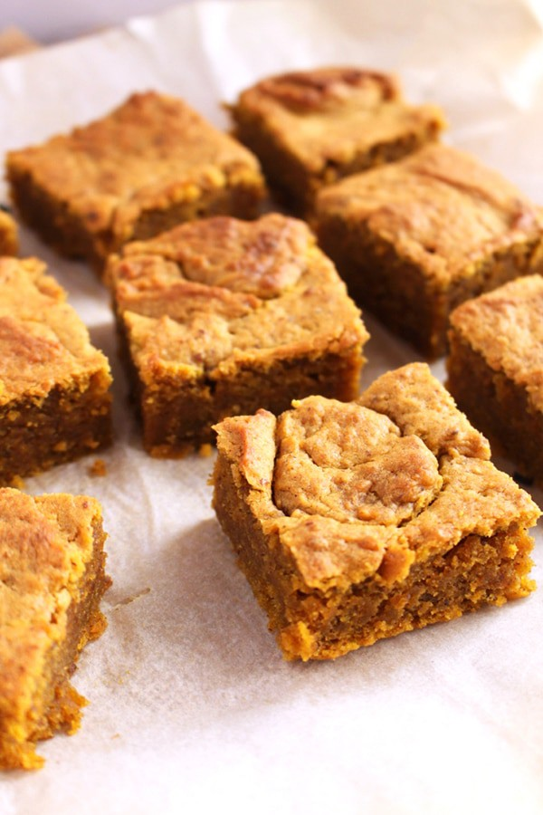 Pumpkin Spice Blondies- Get your bake on with this easy vegan pumpkin spice blondies recipe. It taste like fall in a bite!
