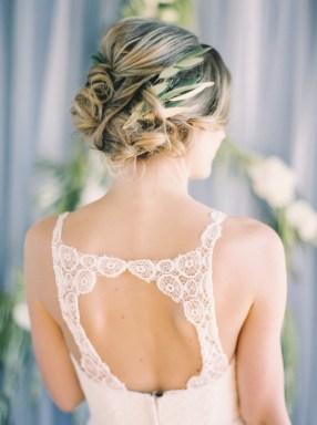 vinterbryllup-blå-brudekjole-rygg-brudehår
