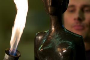 Richard Bründler patiniert eine Skulptur