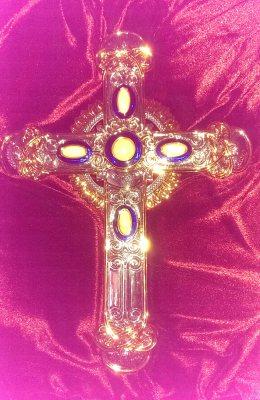 На двете линии, вертикалната на божественото, и хоризонталната - на земното, както и в центъра на Свещенния Кръст са монтирани пет антични камъка. Всеки един е от различен град на пътя на Иисус Христос из Светата земя преди повече от 2000 години. Photo: Evgeni veselinov, bulgarica.com
