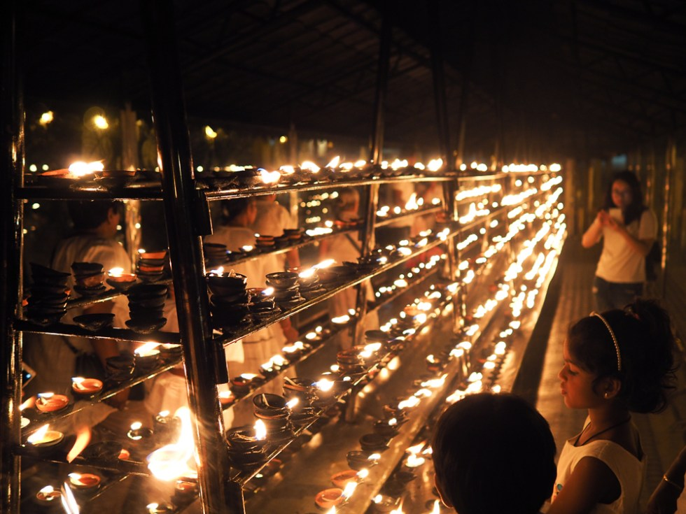 Lighting Sacred Candles, Temple of the Tooth Relic, Kandy, 5 tips to stay healthy whilst travelling, www.by-rosie.com