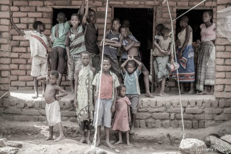Children in front of a house. The cabels are to make sure the roof is nog falling off. Chisi Island, Lake Chilwa