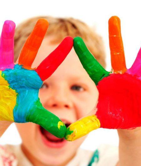 bambino-con-mani-colorate1