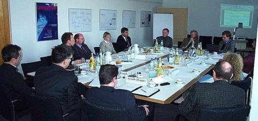 Gründerväter und -mütter: Das Foto zeigt die Auftraktberatung des Arbeitskreises CAFM der GEFMA vor 15 Jahren an der der Auftaktberatung in der FHTW Berlin, heute die HTW Berlin