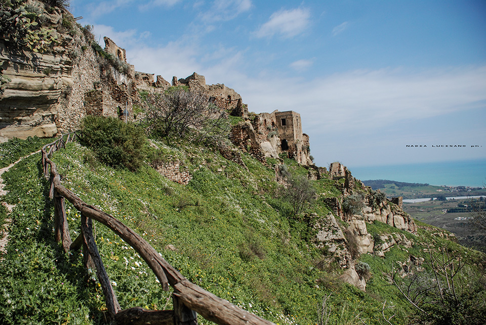 Case che degradavano sui fianchi della collina calabria for Case mediterranee della california