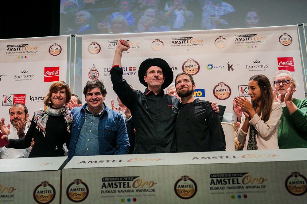 Alex Múgica, rodeado de todo su equipo,. con la txapela de Campeón, junto a Clara Casanova, Brand Manager de Amstel Oro