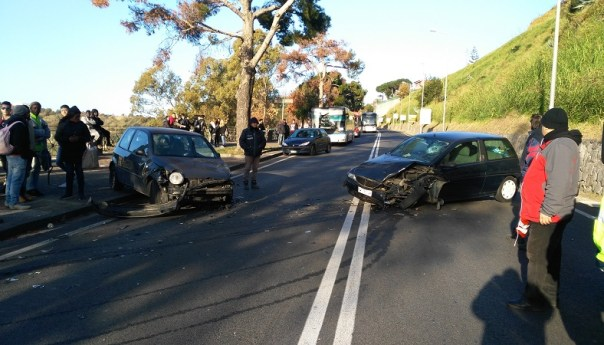 Domiziana, incidente divide in due la città