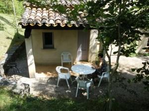 Chalet 30 m² vu de l'extérieur avec salon de jardin et barbecue