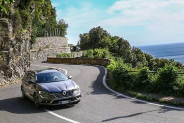 Lungo le strade della Costiera Amalfitana il sistema 4Control della Talisman Tourer rendeva la vettura sempre pronta ed agile negli inserimenti in curva
