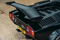 Lamborghini Countach: Motore (LP500S) 4.754cc 24v V12, 375 cv @ 7.000 giri/min, 410 Nm @ 4.500 giri/min Prestazioni 0-100 km/h in 5,6sec, 275 km/h Peso 1.490kg Lunghezza/larghezza/altezza 4.140/2.000/1.070mm