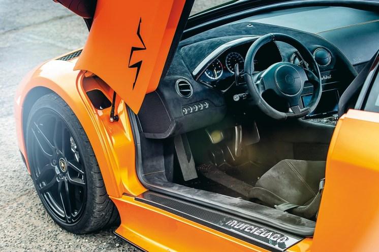 Lamborghini Murcielago: Motore (SV) 6.496cc 48v V12, 670 cv @ 8.000 giri/min, 660 Nm @ 6.000 giri/min Prestazioni 0-100 km/h in 3,0sec, 342 km/h Peso 1.565kg Lunghezza/larghezza/altezza 4.705/2.058/1.135mm