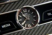 Nella consolle centrale l'orologio è firmato IWC.