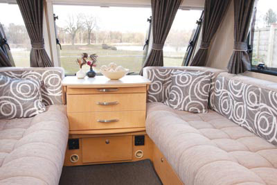 Lounge area in the Avante 556
